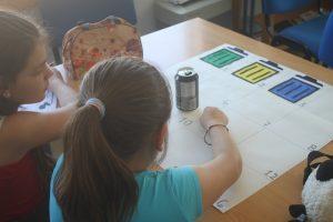 Sala da Robótica: Duas alunas realizam a atividade da separação do lixo.