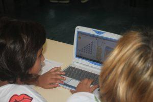Duas alunas participam na atividade de Scratch.