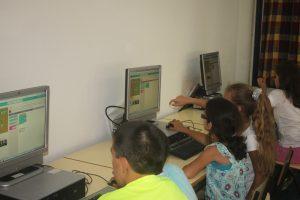 Equipas de alunos realizam a atividade na sala da Hora do Código.